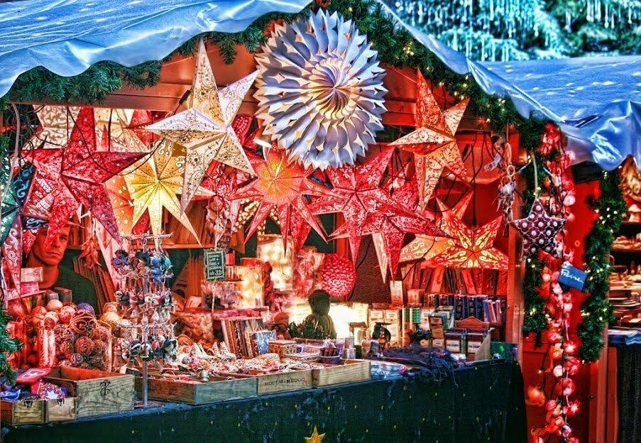 Новогодняя ярмарка на площади Цюриха. Палатка продавца ёлочных игрушек