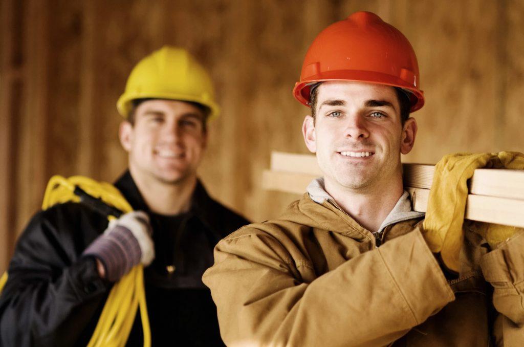 Двое рабочих на производстве в Швейцарии