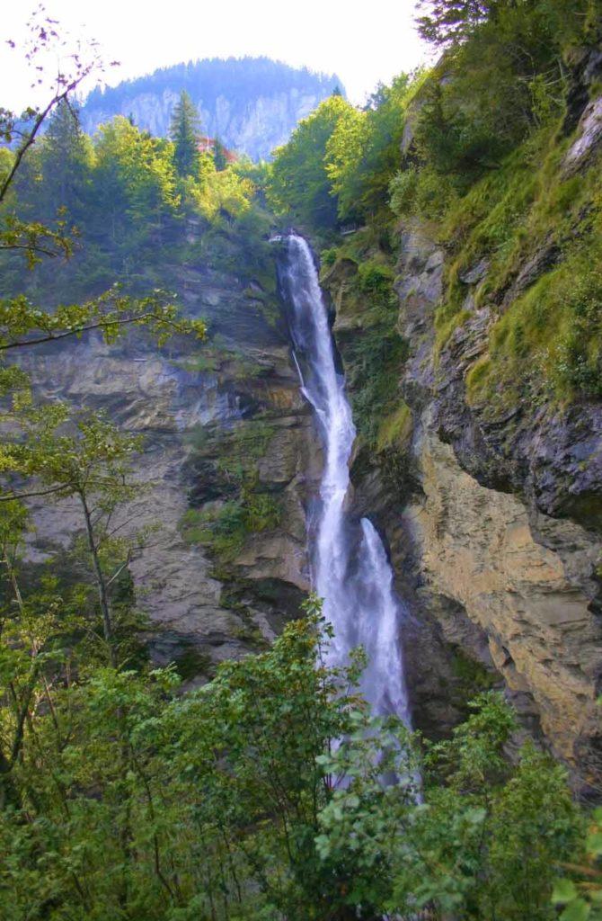 Живописный водопад в Швейцарии