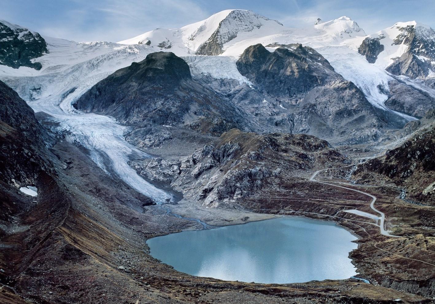 КРасивая фотография ледника с озером