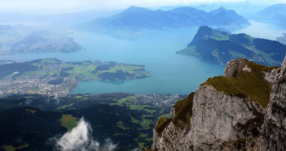 Вид с вершины горы Пилатус в Швейцарии