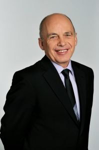 Президент Швейцарии Ули Маурер улыбается